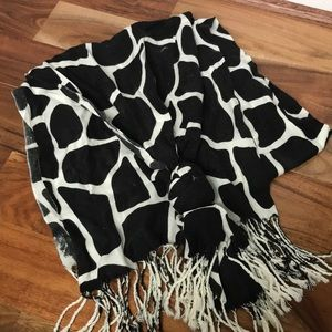 Accessories - Black and white giraffe 🦒 print fringe scarf 🧣
